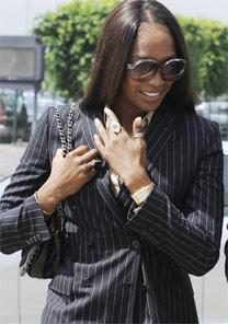 A modelo Naomi Campbell ao deixar a delegacia - AFP