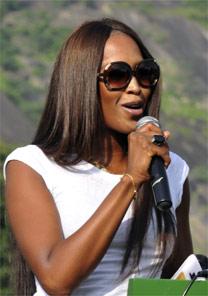 A top Naomi Campbell discursa durante cerimônia em Abuja, Nigéria - Reuters