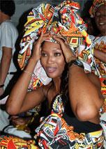 Naomi Campbell usa roupa feita a partir de amarrações no corpo dela, para o desfile do Ilê Aiyê