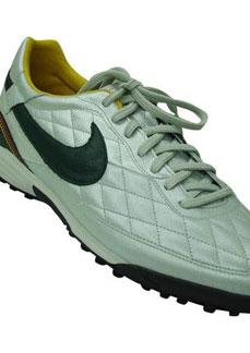 Tênis da marca Nike: empresa emprega quase 35 mil funcionários em todo o mundo - Folha Imagem