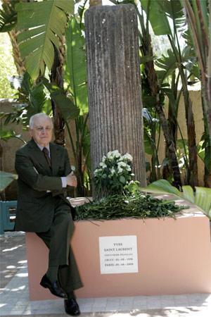 Pierre Bergé, companheiro pessoal e profissional de YSL, no memorial em homenagem ao estilista - Reuters