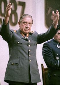 O ex-ditador chileno Augusto Pinochet, morto no final de 2006, em foto de 1987 - Reuters