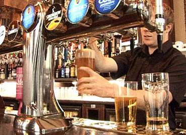 Os britânicos já cortaram em mais de 7% os gastos com bebidas - BBC