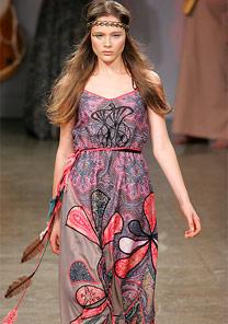 Modelo desfila look da coleção inverno de Giselle Nasser