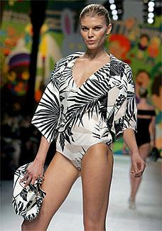 Modelo desfila look de Stella McCartney - EFE