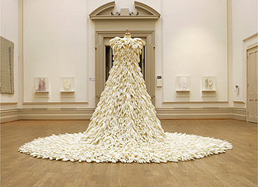 O vestido é feito de cerca de 1,5 mil luvas de cozinha - BBC