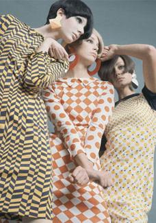 A Op Art influenciou a moda no final da década de 60 com estampas geométricas e cores vibrantes - Reprodução do livro/BBC