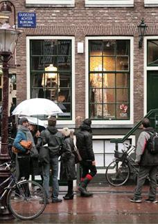 Antigas vitrines de prostitutas estão no circuito da moda em Amsterdã - BBC